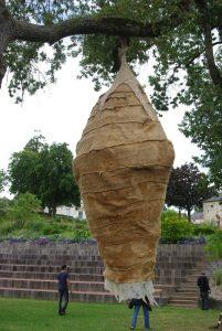 """""""Chrysallide"""", Sculpture monumentale de 3,50x1,50m en lin et laine feutrée, carte blanche au jardin Camifolia, 2014"""