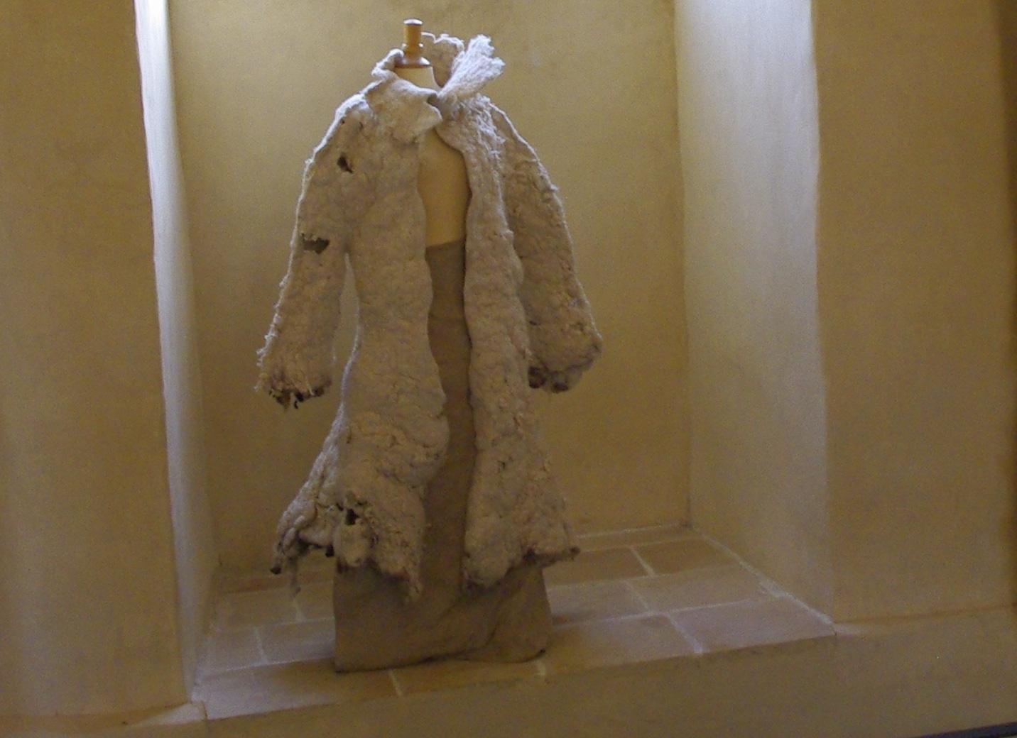 """""""La bête"""", manteau/sculpture en feutre (ravat, mérinos, kapok), 2003"""