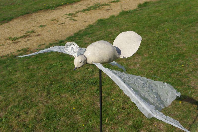"""""""Le précieux"""" pigeon en céramique raku et ailes papier, 2011"""
