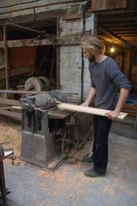 Dans l'ancien atelier de charron de mon grand-père, on passe le douglas et le cèdre à la dégauchisseuse, au rabot et à la toupie
