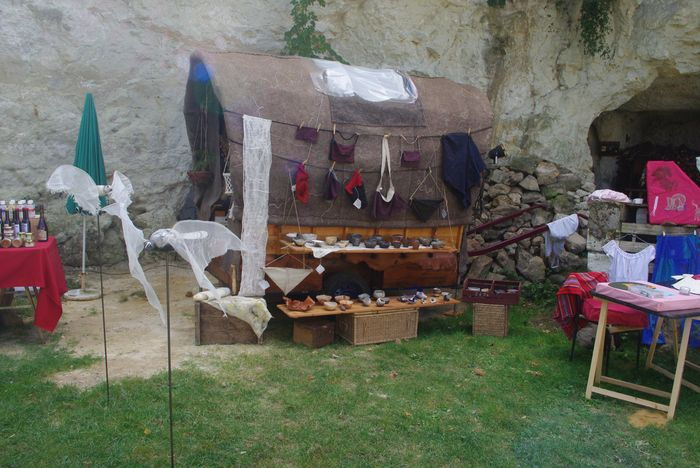 La chariotte, les bols, les textiles et mes pigeons en premier plan.