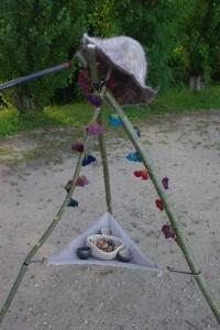 Système d'exposition improvisé avec fleurs en feutre et boutons en céramique